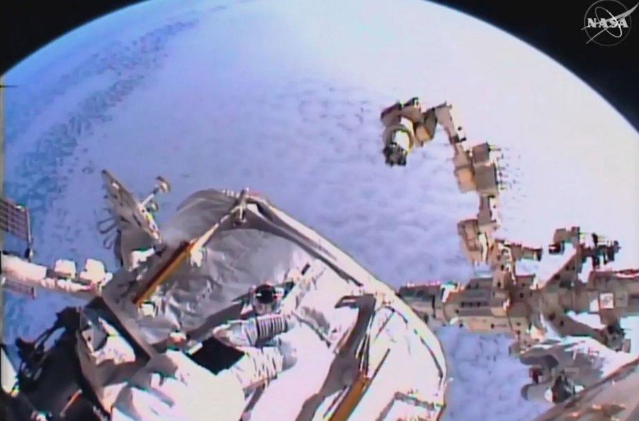 Astronautai vykdo darbus Tarptautinėje kosminėje stotyje
