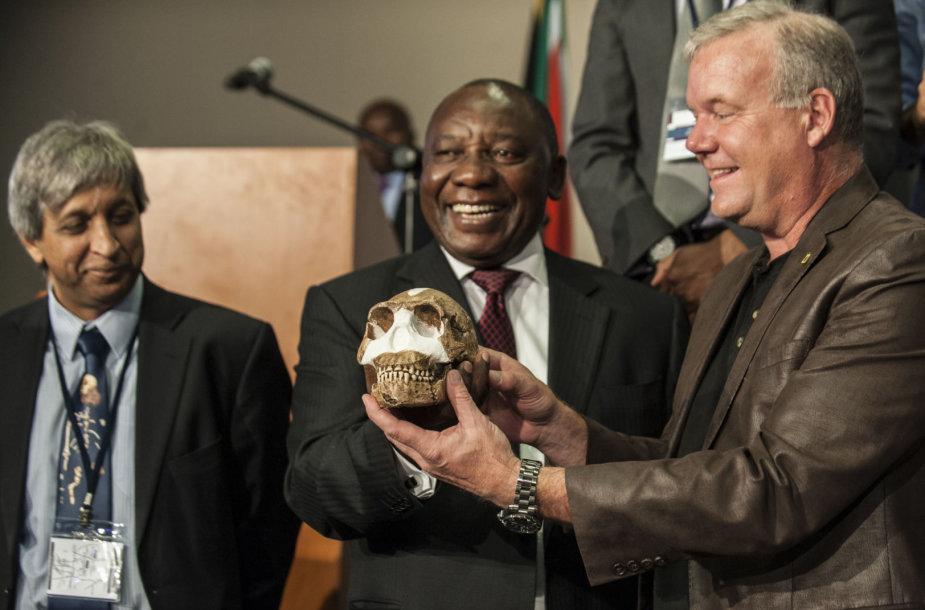 Cyrilas Ramaphosa (viduryje)