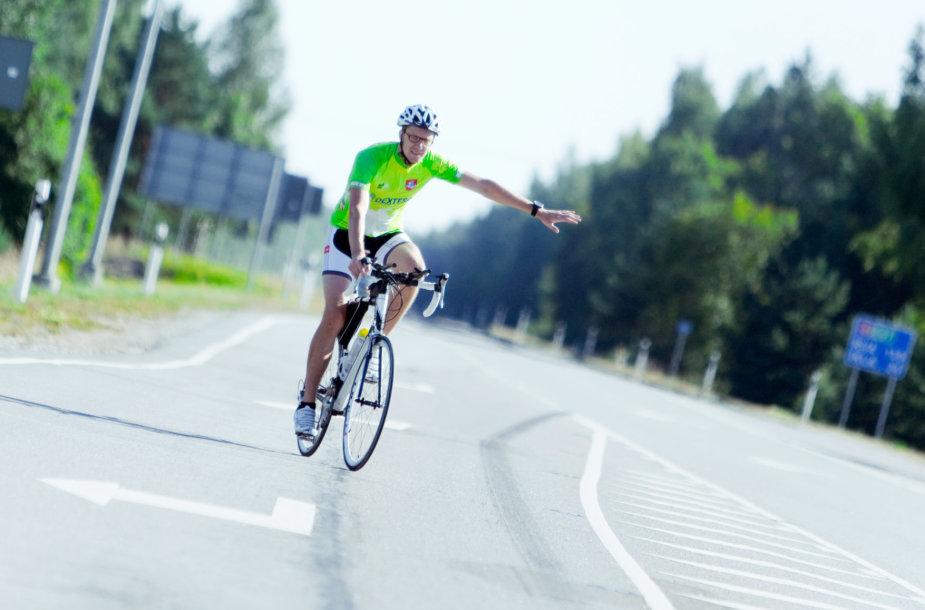 Aidas Jarušaitis dviračiu keliauja Baltijos keliu