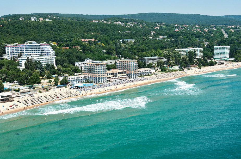 Daugybė viešbučių įsikūrę prie pat jūros