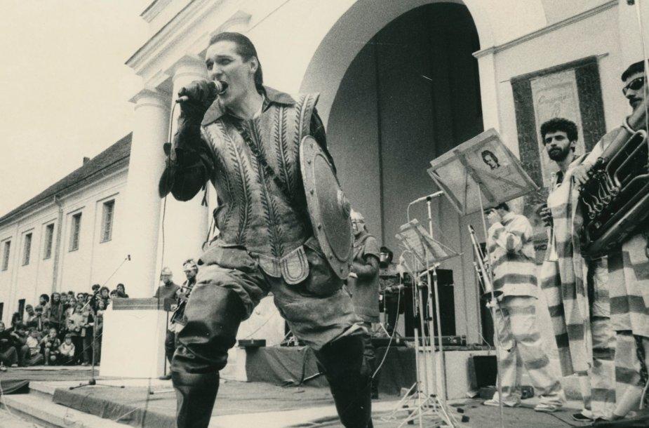"""Grupės """"Antis"""" koncertas 1987 gegužės 17 d. prie Lietuvos nacionalinio (tuometinio Istorijos-etnografijos) muziejaus"""