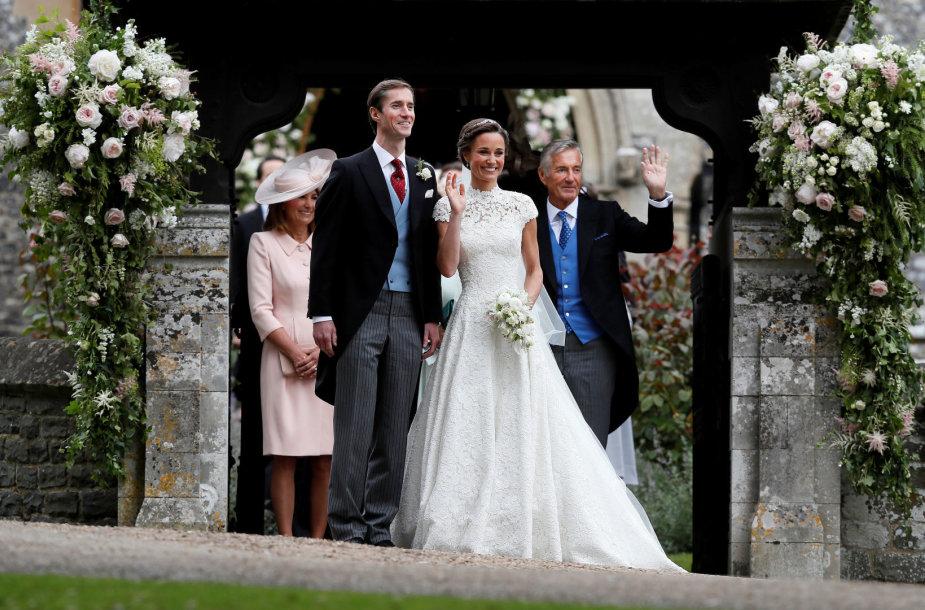 Jaunavedžiai Pippa Middleton ir Jamesas Matthewsas bei jo tėvas Davidas Matthewsas (dešinėje)