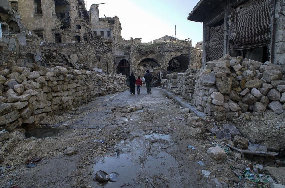 Į apgriautą Alepo senojo turgaus pastatą po truputį grįžta prekeiviai