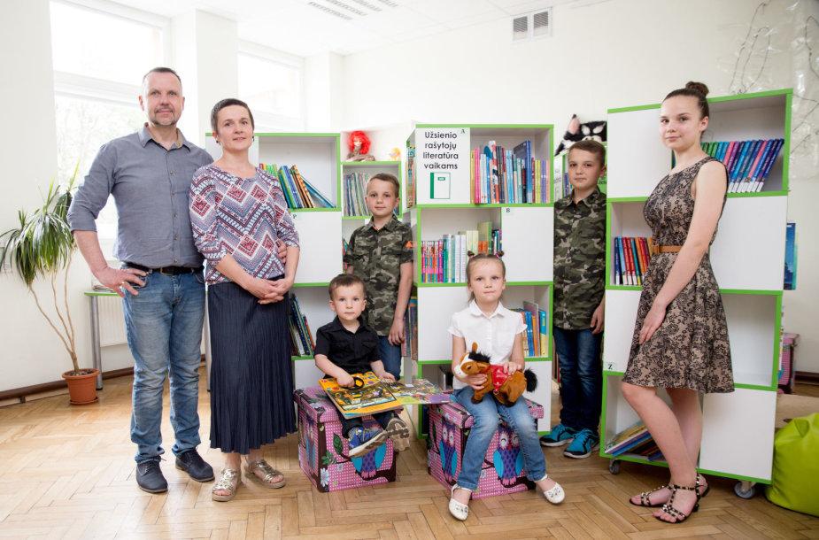 Daugiavaikė šeima išradingai augina penkis vaikus