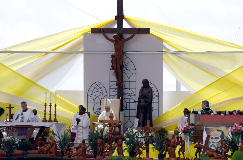 Į popiežiaus mišias Madagaskare susirinko milijonas žmonių.