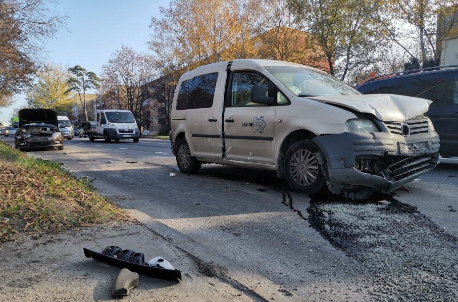 Vilniuje prie Vingio parko susidūrė 3 automobiliai, sužeistas vaikas