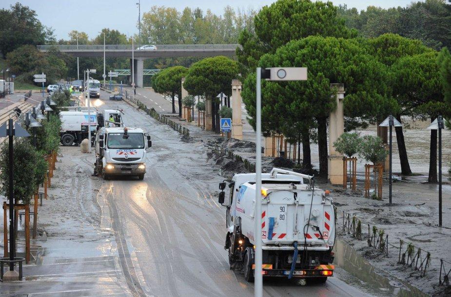 Valomos dėl potvynio purvu padengtos Monpeljė gatvės