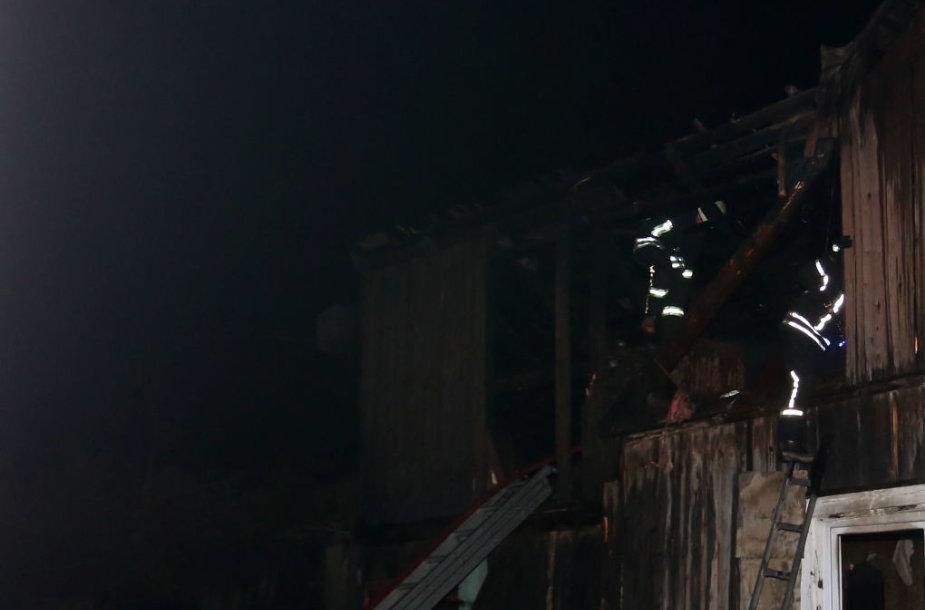 Kauno Linkuvos gatvėje atvira liepsna dega gyvenamasis namas