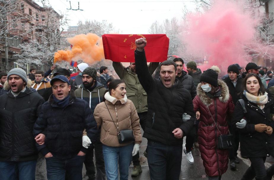 Nikolo Pašiniano atsistatydinimo reikalaujantys protestuotojai Jerevane