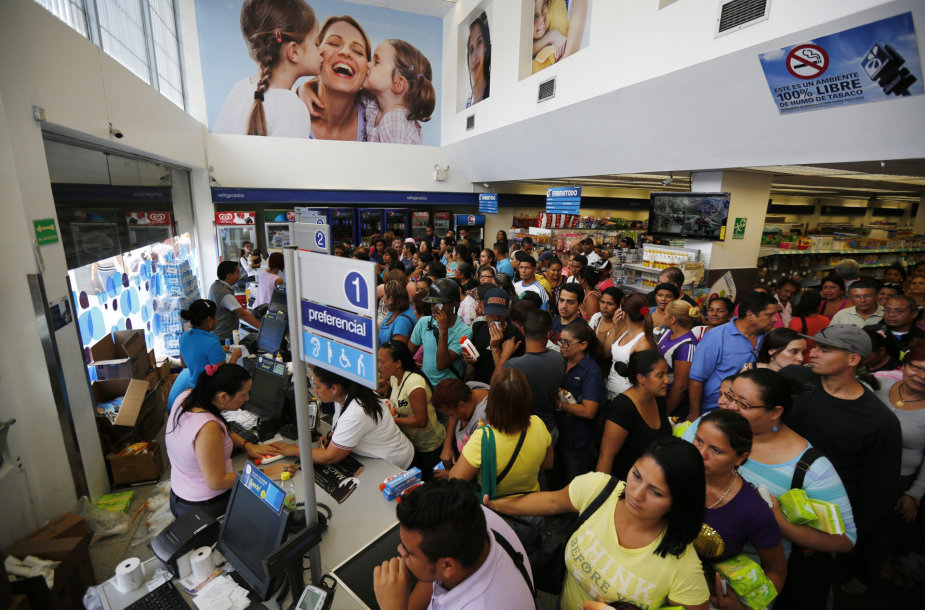 Žmonių eilės Venesuelos vaistinėje