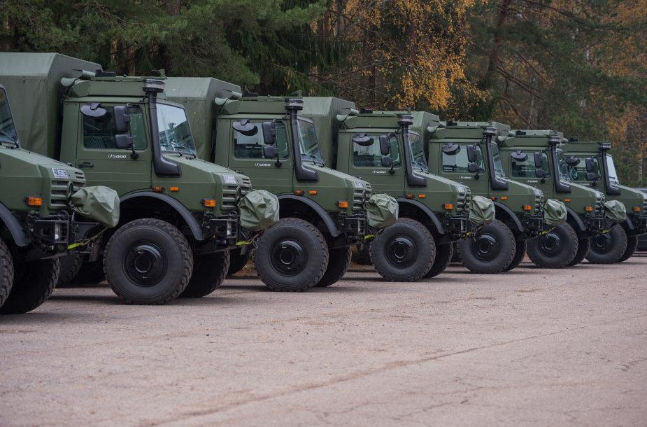 """Lietuvos kariuomenę pasiekė 21 Vokietijos gamintojo """"Daimler AG"""" sunkvežimis UNIMOG U5000"""
