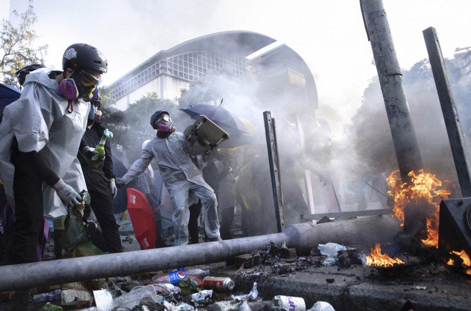 Honkonge protestuotojai vėl susirėmė su policija, strėle sužeistas pareigūnas