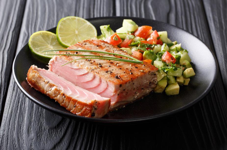 Keptas tunas su salotomis