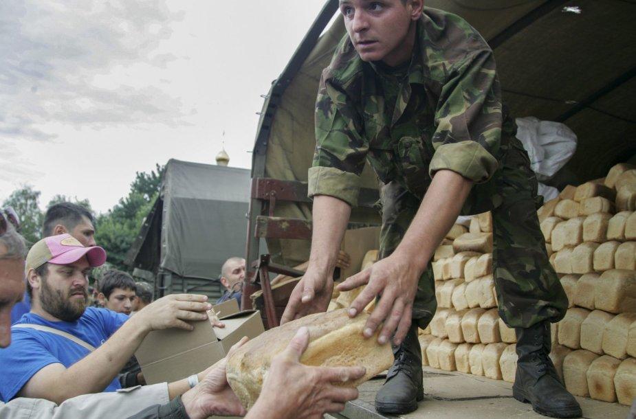 Ukrainos kariai dalina maistą gyventojams Slovjanske