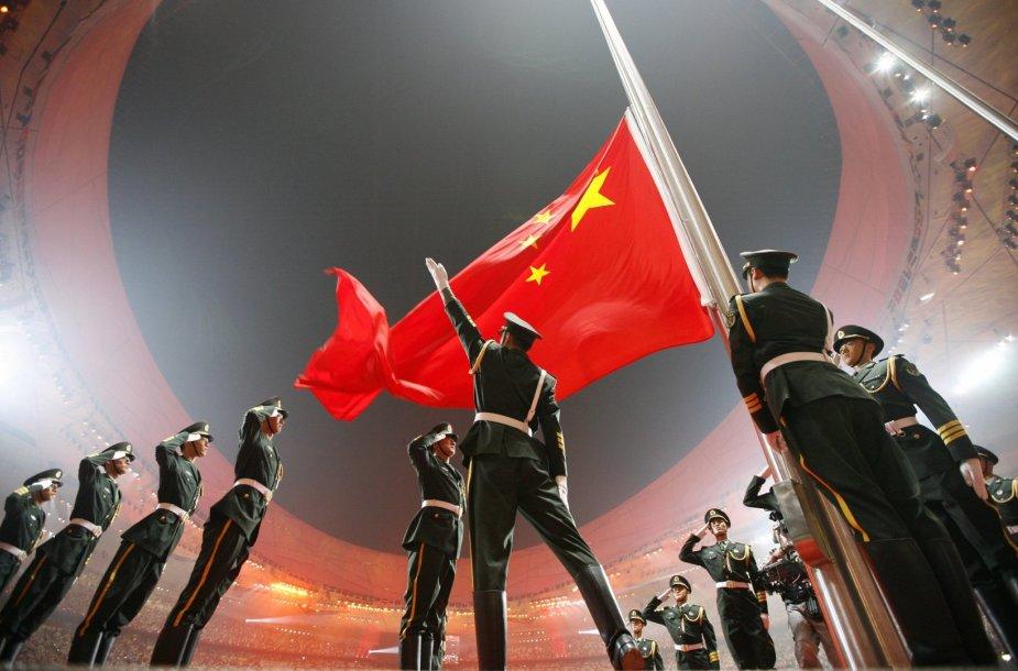 Pekino olimpinėse žaidynėse keliama Kinijos vėliava (2008 m. rugpjūčio 8 d.)