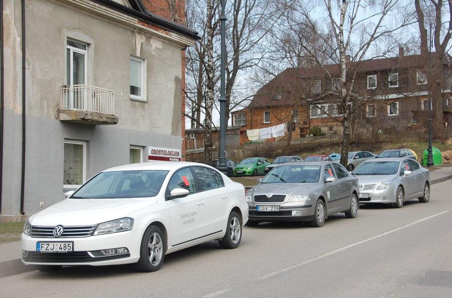 Telšių rajono savivaldybės automobilių stovėjimo aikštelė nesutalpina norinčių pasistatyti transporto priemonę ir susitvarkyti reikalus valdiškoje įstaigoje.