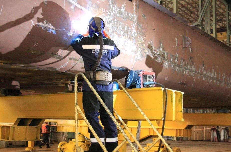 """""""Vakarų Baltijos laivų statykloje"""" pradėtos naujojo mokslinio laivo statybos."""