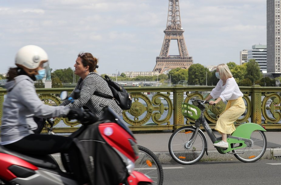 Paryžiuje vėl taps privalomos kaukės