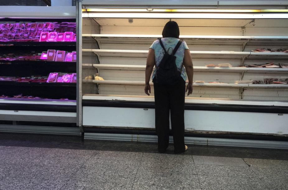 Pustuštės prekių lentynos Venesueloje