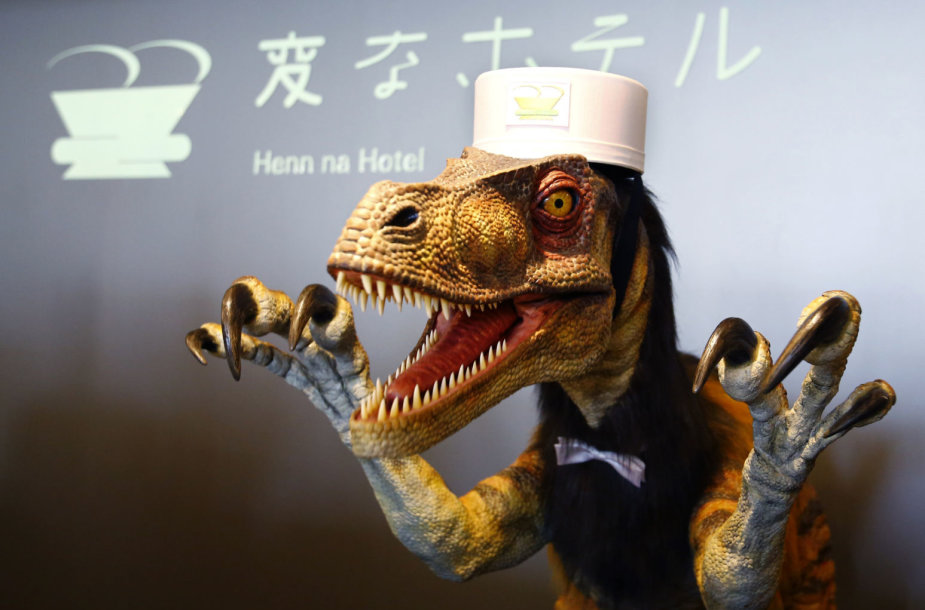 "Viešbučio ""Henn na"" registratūros darbuotojas - robotas-dinozauras"