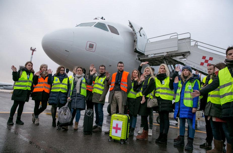 Gydytojai rezidentai spaudos konferenciją surengė lėktuve
