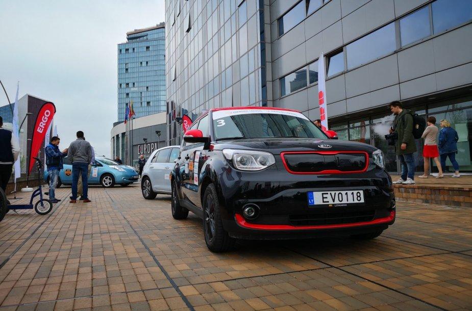 Vilniuje startavo elektromobilių lenktynės.