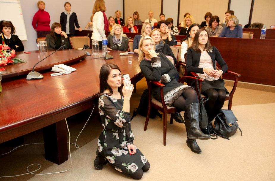 Mokytojai stebi derybas tiesioginės transliacijos metu