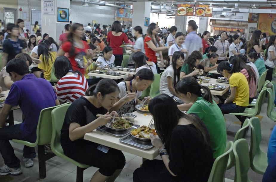 Fabrike pietaujančios moterys Dunguanyje