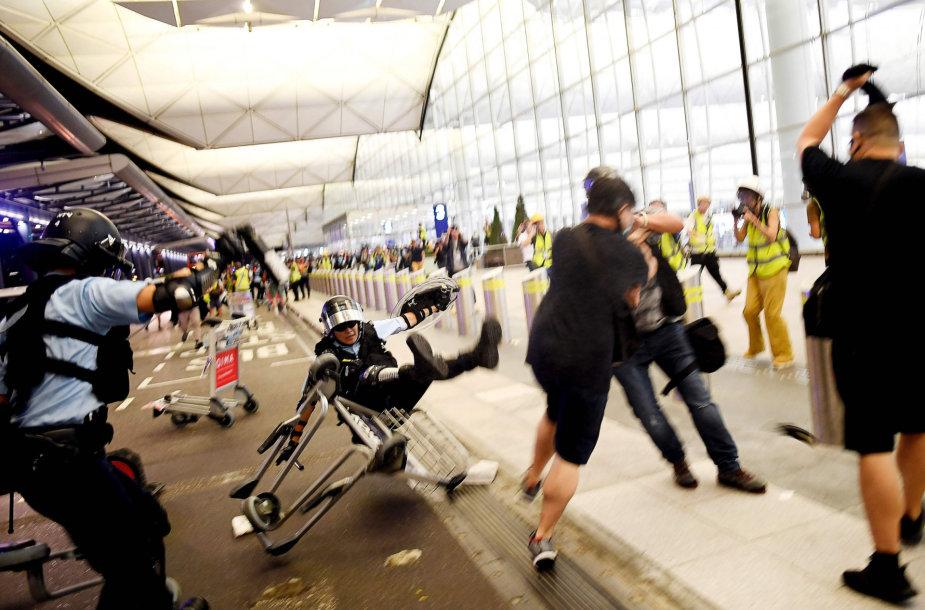 Policija susirėmė su protestuotojais Honkongo oro uoste