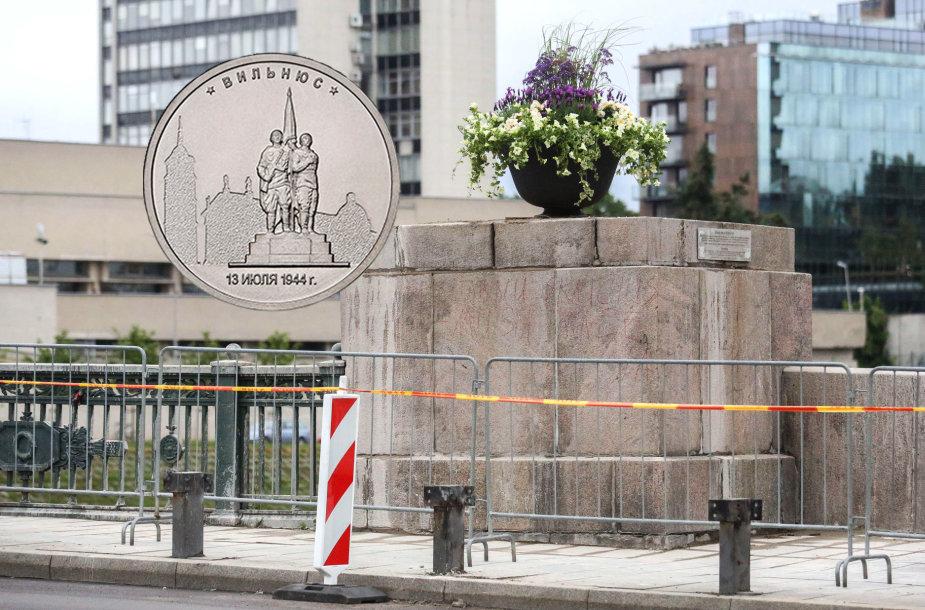 Ant monetos vaizduojamos dabar jau nukeltos Žaliojo tilto kareivių skulptūros