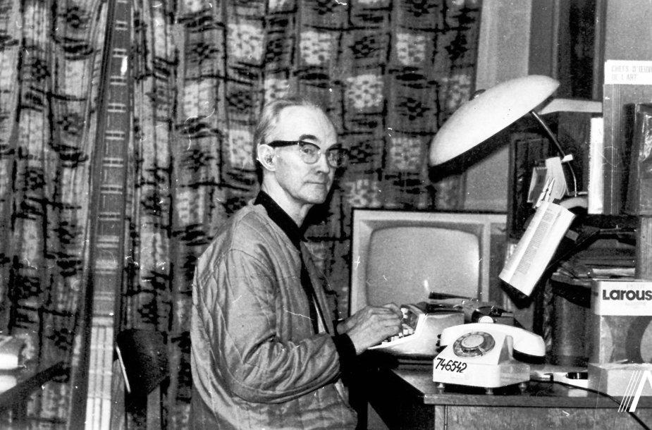 V. Kauneckas prie savo darbo stalo
