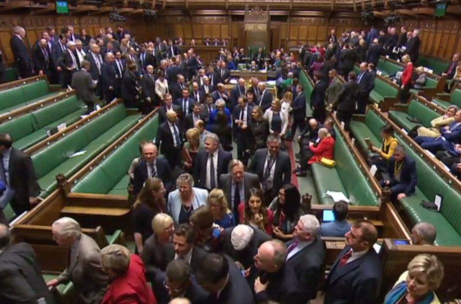 Didžiosios Britanijos Bendruomenių rūmai balsuoja dėl nepasitikėjimo Theresos May vyriausybe.