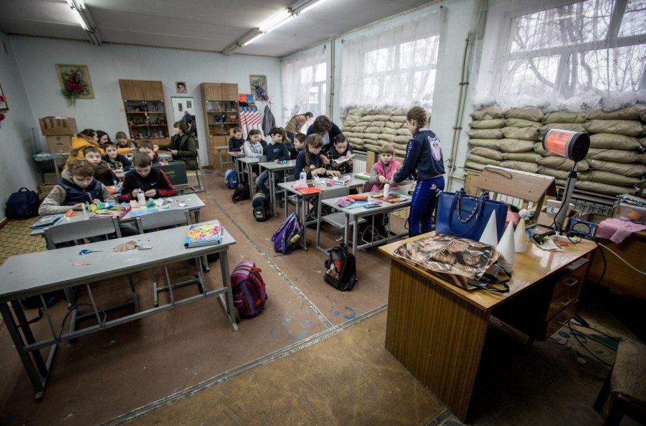 Mokykla Ukrainos kare – su smėlio maišais ant langų ir požemine slėptuve