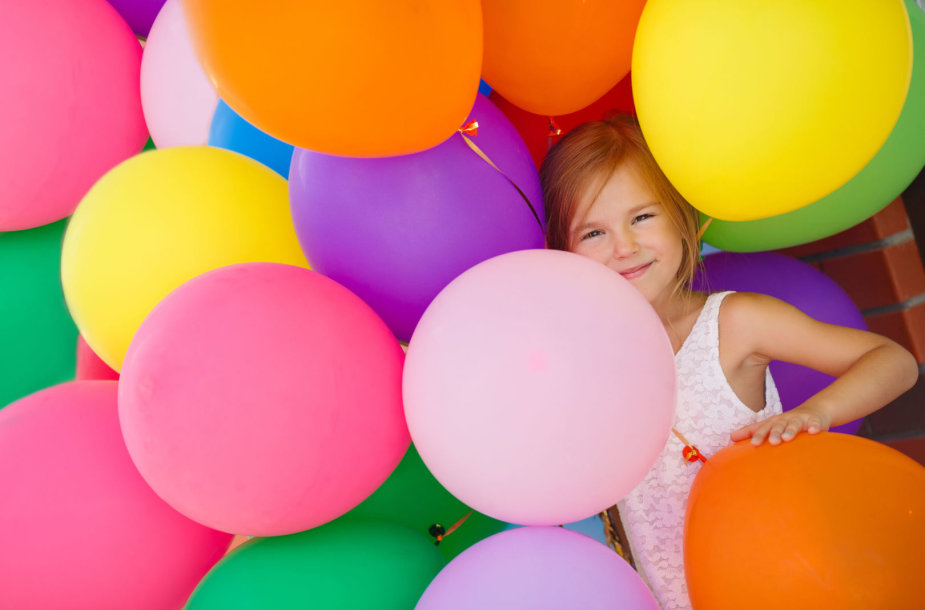 Mergaitė su balionais