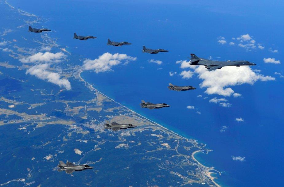 JAV ir Pietų Korėjos karo lėktuvai virš Korėjos pusiasalio