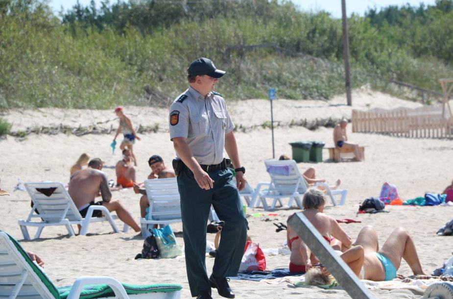 Policijos pareigūnai paplūdimyje