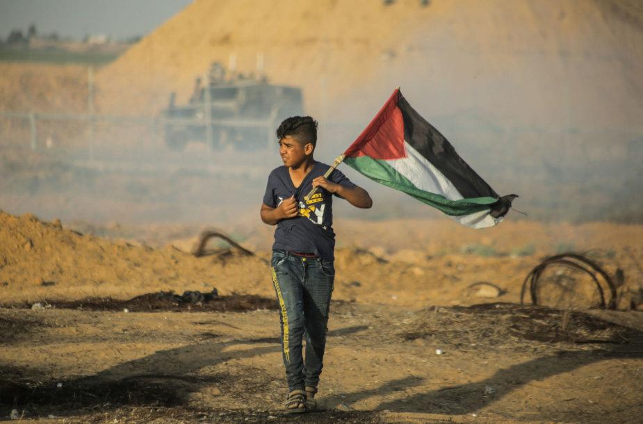 Berniukas su Palestinos vėliava