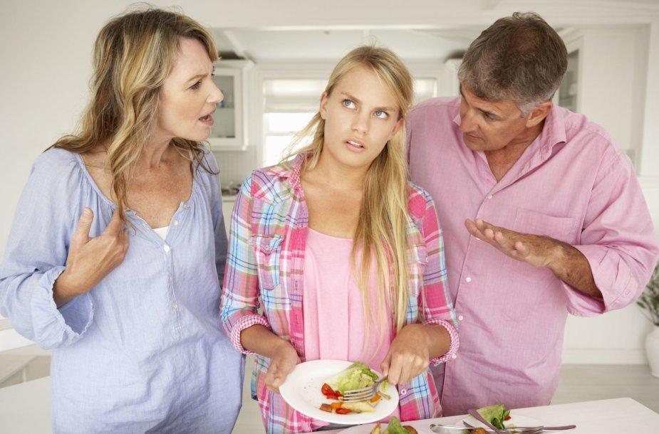 Tėvai su dukra