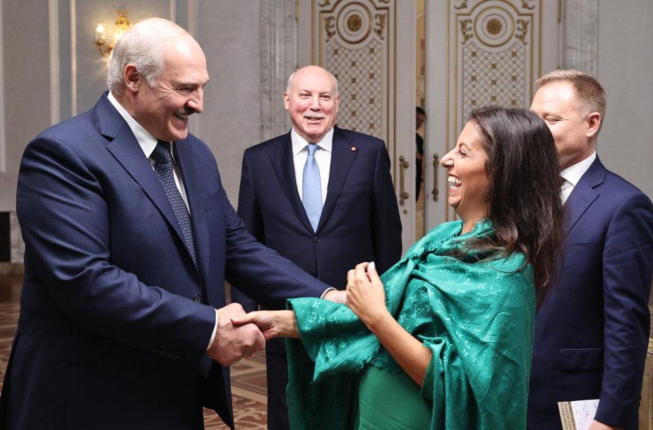 A.Lukašenka su RT vyriausiąja redaktore M.Simonian ir kitais svečiais iš Maskvos