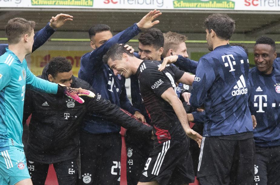 Robertas Lewandowskis švenčia 40-ąjį įvartį Vokietijos lygoje šį sezoną.