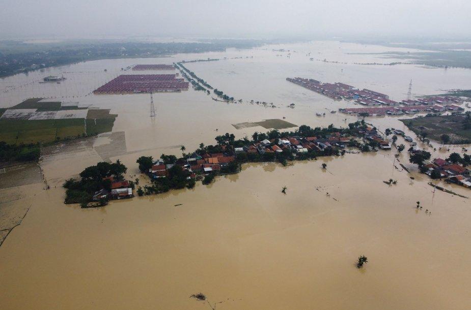 Vakarų Javoje dėl potvynių evakuojama tūkstančiai žmonių