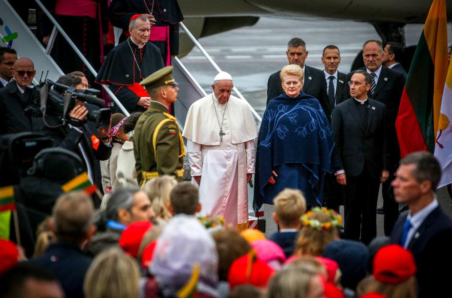 Vilniaus oro uoste sutinkamas popiežius Pranciškus