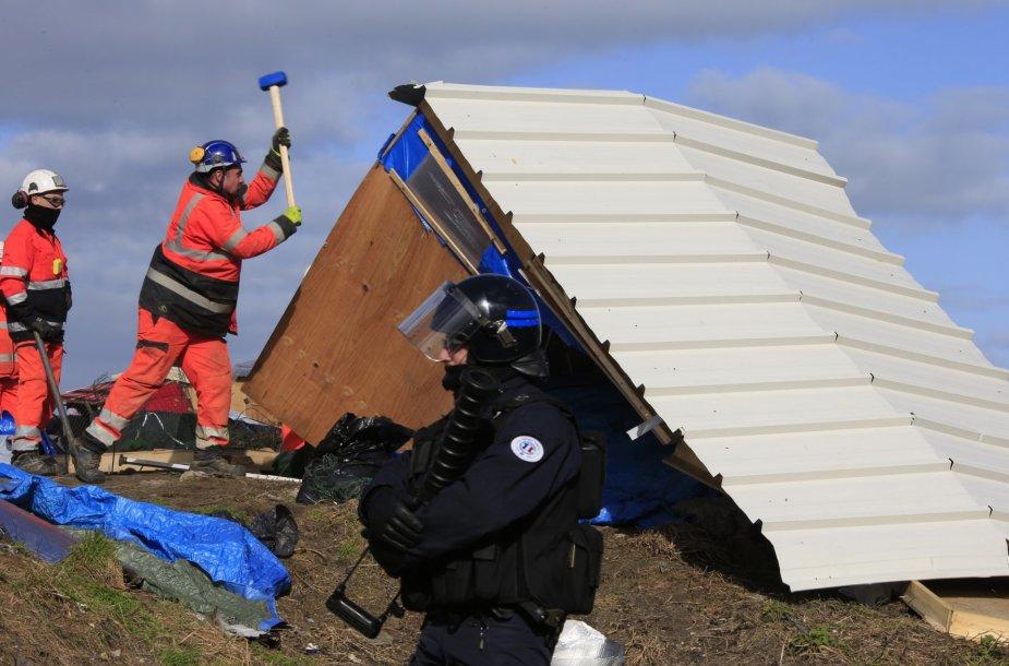 Prancūzijos pareigūnai pradėjo ardyti pabėgėlių stovyklą prie Kalė uostamiesčio