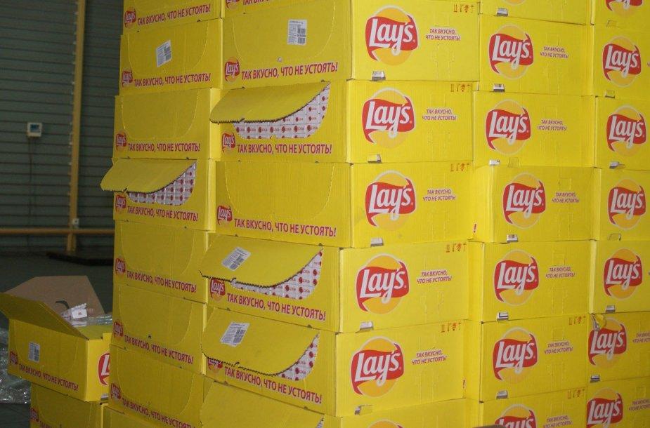 Cigaretės slėptos bulvių traškučių dėžėse