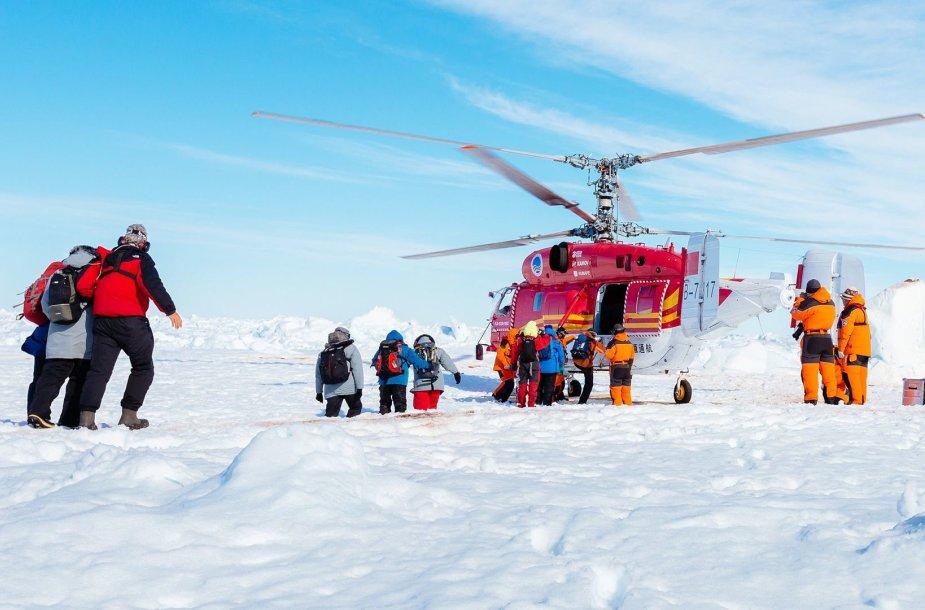 """Antarktidoje įstrigusio laivo """"Akademik Šokalskij"""" įgūlos ir keleivių gelbėjimo operacija"""