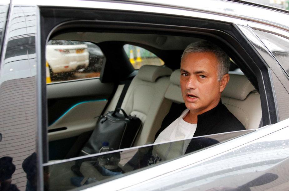 Antradienį atleistas Jose Mourinho palieka savo apartamentus Mančesteryje.