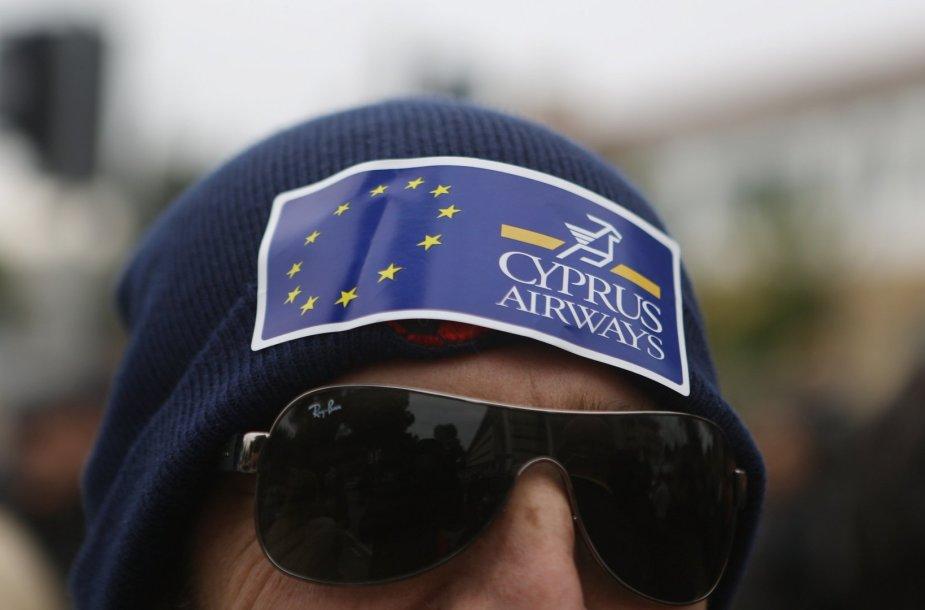 """""""Cyprus Airways"""" logotipas ant protestuojancio dėl avialinijų uždarymo darbuotojo kepurės"""