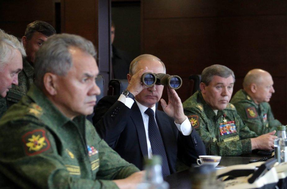 """Vladimiras Putinas stebi karines pratybas """"Zapad 2017""""."""
