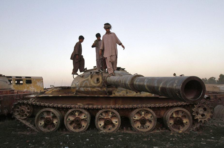 Afganai berniukai žaidžia ant sovietų tanko