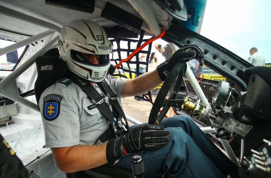 Pareigūnams teko sėsti prie sportinio bolido vairo